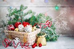 Fondos del invierno de la Navidad, decoraciones de la Navidad y ramas spruce en una tabla de madera Feliz Año Nuevo feliz Fotos de archivo