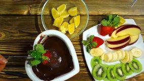 Fondue με τη σοκολάτα και τα φρούτα απόθεμα βίντεο