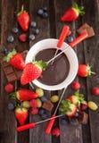 Fondue de chocolat avec les baies fraîches image stock