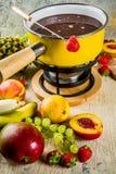 'fondue' de chocolate con la fruta y la baya fotos de archivo