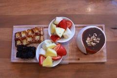 'fondue' de chocolate con las frutas fotos de archivo libres de regalías