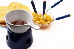 'fondue' de chocolate con los pedazos de la piña Fotos de archivo libres de regalías