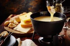 Fondue de fromage suisse traditionnelle savoureuse images libres de droits