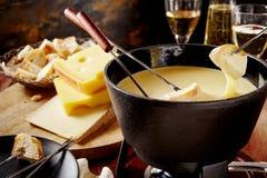 Fondue för schweizisk ost, en populär nationell maträtt Arkivfoto