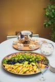 Fondue- och fruktplatta Fotografering för Bildbyråer