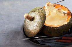 Fonduta di formaggio cremosa per intrattenere fotografie stock libere da diritti