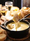 Fonduta e pane di formaggio fotografia stock libera da diritti