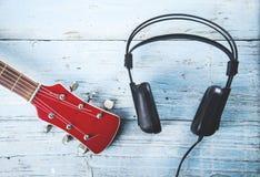 Fone de ouvido com guitarra foto de stock