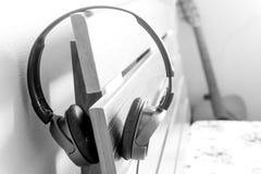Fone de ouvido, speakerphone no fundo de madeira imagens de stock royalty free