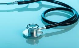 Fonendoskop - medyczny diagnostyczny narzędzie na błękicie Obrazy Royalty Free