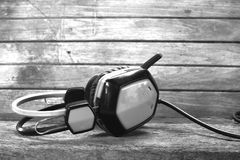 Fones de ouvido análogos na mesa de madeira fotografia de stock royalty free