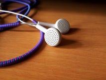 Fones de ouvido brancos com protetor 2 do fio fotos de stock