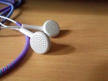 Fones de ouvido brancos com protetor 4 do fio imagem de stock