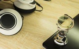 Fones de ouvido brancos em uma mesa de madeira leve imagem de stock royalty free