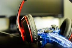 Fones de ouvido com gamepad Fotos de Stock Royalty Free