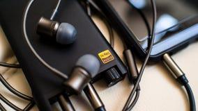 Fones de ouvido da música, do telefone, do amd e da alta fidelidade do Fi do móbil olá! imagens de stock