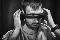 Fones de ouvido de assento do DJ do músico do indivíduo na moda à moda novo para instrumentos musicais e portátil com oradores Fotos de Stock