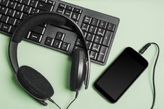 Fones de ouvido do teclado e esperto - telefone Fotos de Stock Royalty Free