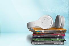 Fones de ouvido e compacts disc no fundo de madeira Fotos de Stock