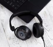 Fones de ouvido e laptop pretos Foto de Stock Royalty Free