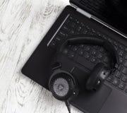 Fones de ouvido e laptop pretos Fotografia de Stock