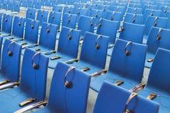Fones de ouvido e receptores nas cadeiras foto de stock royalty free