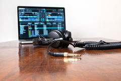 Fones de ouvido e um laptop Fotografia de Stock