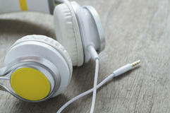 Fones de ouvido em de madeira Fotografia de Stock