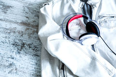 Fones de ouvido em um revestimento branco Foto de Stock