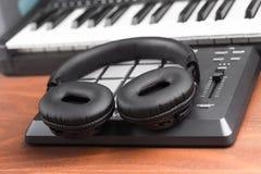 Fones de ouvido em uma máquina de ritmos Fotos de Stock Royalty Free