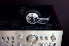 Fones de ouvido estereofônicos audio na parte superior do amplificador do vintage foto de stock royalty free
