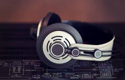 Fones de ouvido estereofônicos audio na parte superior do amplificador do vintage fotos de stock