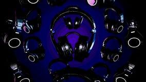 fones de ouvido de giro da ilustração 3D Gray Headphones isolou-se no fundo da cor Fones de ouvido de queda Fotografia de Stock