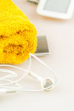 Fones de ouvido, leitor de mp3 e símbolos alaranjados de toalha da vida moderna Imagem de Stock