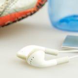 Fones de ouvido, leitor de mp3 e símbolos das sapatas movimentando-se da vida moderna Fotografia de Stock Royalty Free