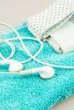 Fones de ouvido, leitor de mp3 e símbolos de toalha do turquise da vida moderna foto de stock