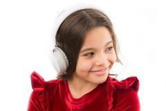 Fones de ouvido modernos da música do uso da criança pequena da menina Escute músicas populares novas e próximos livres agora Mús fotografia de stock