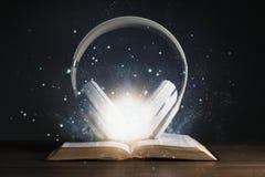 Fones de ouvido na Bíblia Sagrada fotografia de stock royalty free
