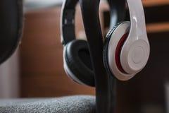 Fones de ouvido na parte de trás da cadeira fotos de stock royalty free