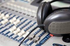Fones de ouvido no misturador da música no estúdio fotografia de stock royalty free