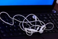 Fones de ouvido no teclado Foto de Stock Royalty Free