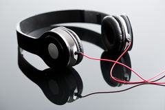 Fones de ouvido prendidos preto Imagens de Stock Royalty Free