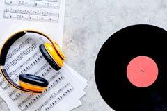 Fones de ouvido, vynil com nota de papel no estúdio da música para o trabalho do DJ ou do músico na opinião superior do fundo de  Imagem de Stock Royalty Free