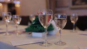 Fonkelend champagneglas op Kerstmislijst stock footage