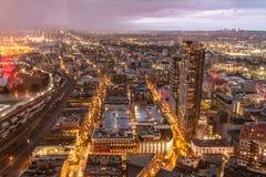 Fonkelende cityscape van Vancouver bij schemer stock afbeeldingen