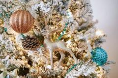 Fonkelende de ornamentendecoratie van het kerstboom binnenlandse ontwerp royalty-vrije stock afbeeldingen