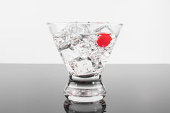 Fonkelende drank in een martini-glas met een kers stock afbeelding