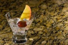 Fonkelende drank op ijs met fruit Stock Afbeelding