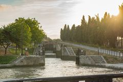 Fonserannes Blokuje, jest lotem schodów kędziorki na Canal Du Midi blisko Béziers, Languedoc Roussillon, Francja obraz stock