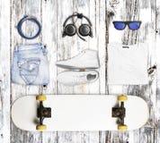 Font de la planche à roulettes et portent et les accessoires sur le fond en bois Photographie stock